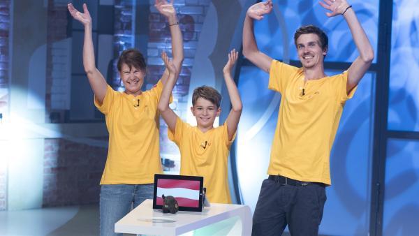 Österreich wird vertreten durch die Familie Zefferer-Raffalt aus Schladming mit Sohn Florian, Cousin Leon und Mutter Heike. | Rechte: ZDF/Ralf Wilschewski
