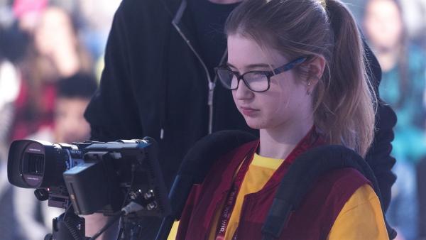 Kamerakind Fedora aus Graz/Österreich lernt heute die Funktionen der Kamera kennen. | Rechte: ZDF / Ralf Wilschewski