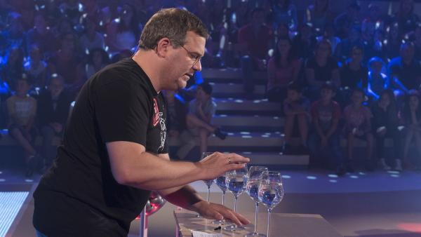 Ob Glas sogar Töne erzeugen kann? Elton probiert es heute aus. | Rechte: ZDF/Ralf Wilschewski
