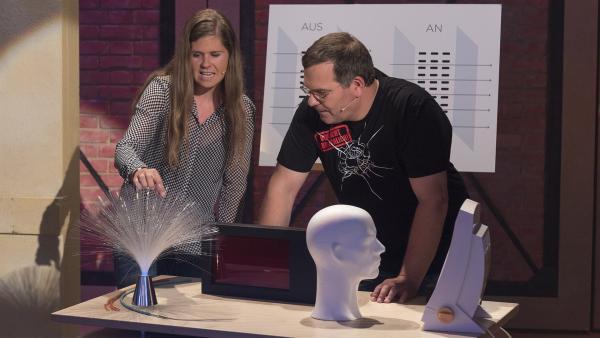 Physikerin Dr. Annkatrin Sommer zeigt Elton, wie Glas Licht leiten kann. | Rechte: ZDF/Ralf Wilschewski