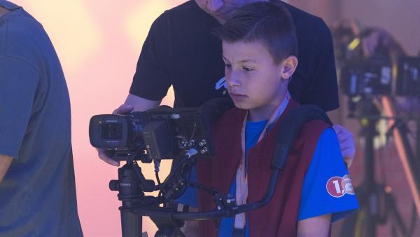 Kamerakind Jonas aus Lübeck/Deutschland führt die 1, 2 oder 3-Kamera durch das Studio. | Rechte: ZDF/Ralf Wilschewski