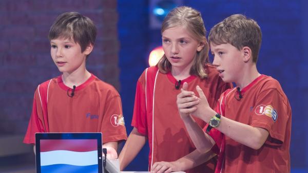Die Kandidaten aus Den Haag/Niederlande besprechen rasch Antwortmöglichkeiten. | Rechte: ZDF/Ralf Wilschewski