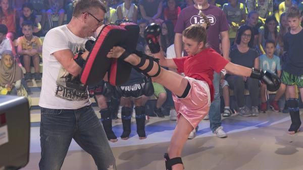 Ganz schön sportlich: Elton und das Studiopublikum erleben Thaiboxen hautnah. | Rechte: ZDF/Ralf Wilschewski