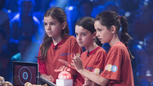 Die Kandidaten aus Fontainebleau/Frankreich stehen hinter dem Ratepult. | Rechte: ZDF/Ralf Wilschewski