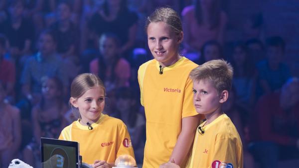 Die Kandidaten aus Absam/Österreich stehen hinter dem Ratepult. | Rechte: ZDF/Ralf Wilschewski