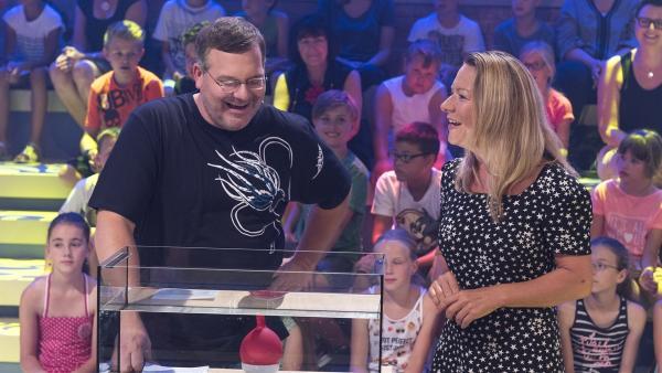 Meeresbiologin Prof. Dr. Antje Boetius erzählt Elton von ihren Begegnungen mit Kopffüßern. | Rechte: ZDF/Ralf Wilschewski