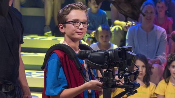 Kamerakind Moritz aus Ascholding/Deutschland hat die Kamera gut im Griff. | Rechte: ZDF/Ralf Wilschewski