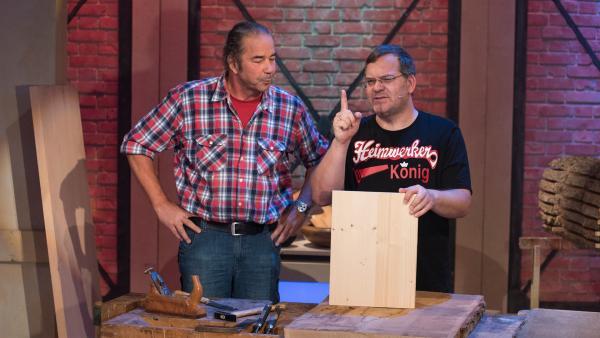 Schreinermeister Michael Ott spricht über den richtigen Umgang mit Holz und zeigt, wie man einen Hocker bauen kann. | Rechte: ZDF/Ralf Wilschewski