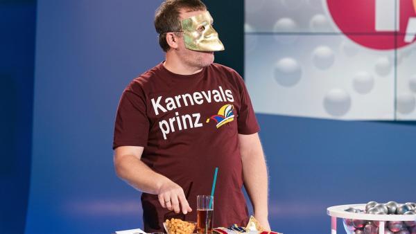 Elton trägt eine venezianische Maske: die Baute. Ihr Merkmal ist das auffällig markante Kinn. Elton erklärt, was dahintersteckt. | Rechte: ZDF/Ralf Wilschewski