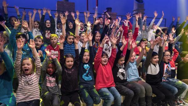 Wenn die Masterfrage kommt, sind alle Hände oben. | Rechte: ZDF/Ralf Wilschewski