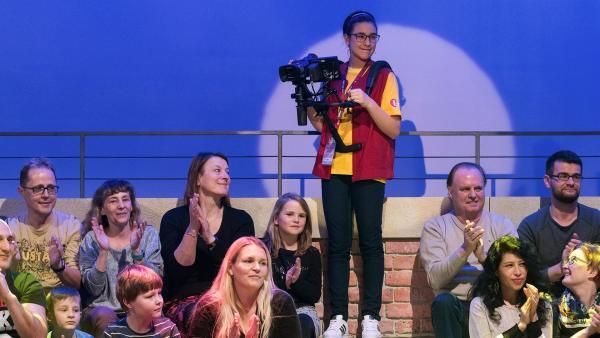 Kamerakind Norea aus Götzens/Österreich hat von oben das ganze Studio im Blick. | Rechte: ZDF/Ralf Wilschewski