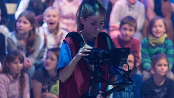 Kamerakind Kira aus Berlin/Deutschland führt die Kamera gekonnt durch das Studio.       | Rechte: ZDF/Ralf Wilschewski