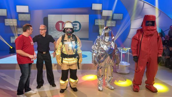 Bei der Feuerwehr kommen verschiedene Schutzanzüge zum Einsatz. Welche das sind und wofür sie genau gebraucht werden, das erklärt Brandinspektor Robert Fischer (Zweiter von links). | Rechte: ZDF/Ralf Wilschewski
