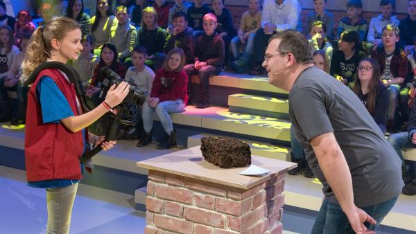 Ob sie weiß, was es mit dem Nest auf sich hat? Kamerakind Olivia aus Köln/Deutschland hat alles fest im Blick.       | Rechte: ZDF/Ralf Wilschewski