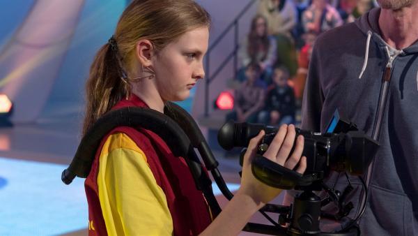 Kamerakind Elliot-Sophie aus Linz/Österreich ist auf der Suche nach ihrem nächsten Motiv.       | Rechte: ZDF/Ralf Wilschewski