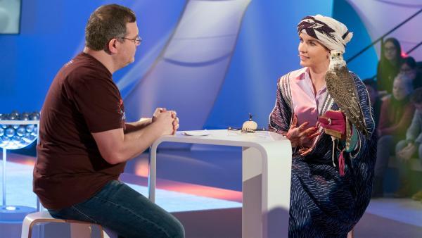 Falknerin Laura Wrede weiß jede Menge spannende Dinge über das Trainieren der Falken zu berichten. | Rechte: ZDF/Ralf Wilschewski