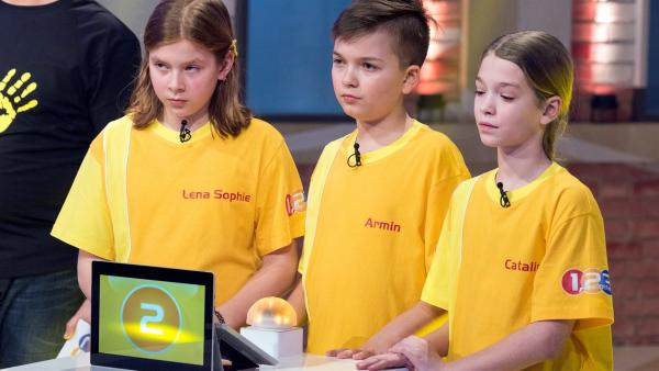 Die Kandidaten aus Steyr/Österreich warten auf die nächste Quizfrage. | Rechte: ZDF/Ralf Wilschewski