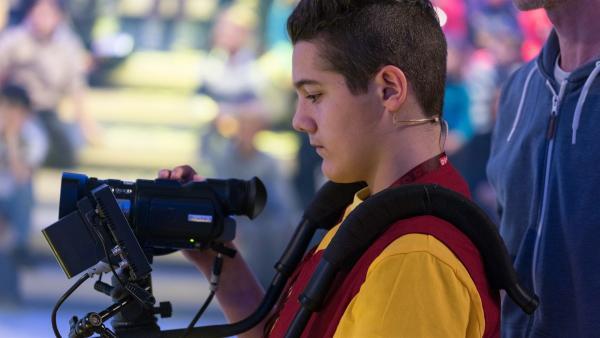 Kamerakind Kerem aus Lustenau/Österreich hat die Sendung gut im Blick.         Rechte: KiKA/Bildredaktion