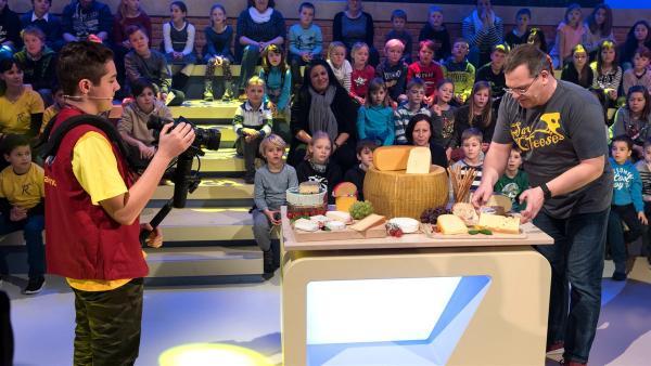 Da läuft einem das Wasser im Mund zusammen! Kamerakind Kerem aus Lustenau/Österreich filmt die Käsetheke.       | Rechte: KiKA/Bildredaktion