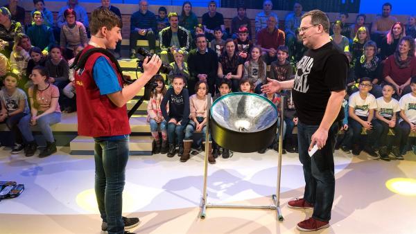 Ganz schön ausgebeult, so eine Steel Pan. Ob Kamerakind Nicholas aus Andechs/Deutschland auch weiß, warum das so ist? | Rechte: ZDF/Ralf Wilschewski