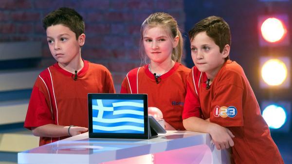 Die Kandidaten aus Athen/Griechenland warten gespannt auf die nächste Quizfrage. | Rechte: ZDF/Ralf Wilschewski
