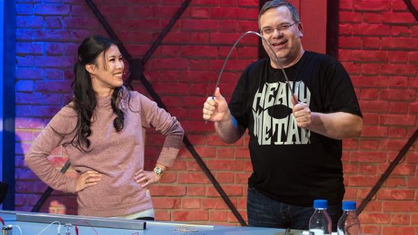 Chemikerin Mai Thi Nguyen-Kim erklärt Elton, wie man Roheisen zu Stahl veredelt.       | Rechte: ZDF/Ralf Wilschewski
