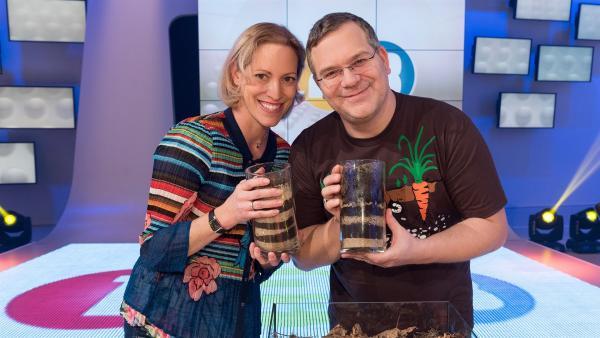 Heute wirft Elton einen Blick unter die Erdoberfläche und schaut gemeinsam mit Biologin Nina Schaller, wer und was in der Unterwelt alles zu Hause ist. Denn eins wissen die beiden ganz sicher: Der Boden lebt!       | Rechte: ZDF/Ralf Wilschewski