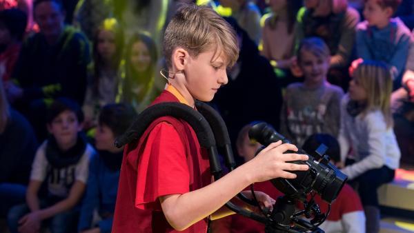 Kamerakind Till aus Teneriffa/Spanien ist auf der Suche nach dem nächsten Motiv.   Rechte: ZDF/Ralf Wilschewski