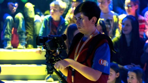Kamerakind Maximilian aus Berngau/Deutschland ist auf der Suche nach dem nächsten Motiv. | Rechte: ZDF/Ralf Wilschewski