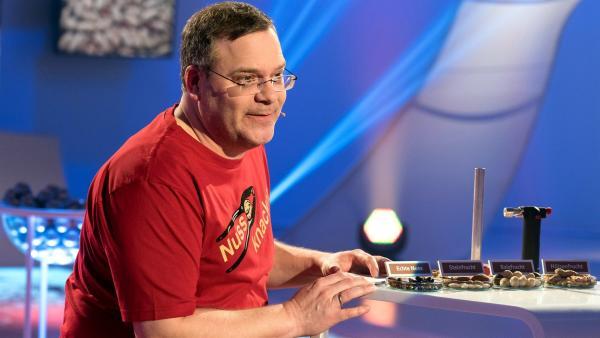 Wie unterscheidet man echte Nüsse von unechten? Elton findet es heraus.       | Rechte: ZDF/Ralf Wilschewski
