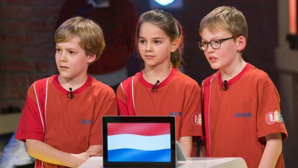 Die Kandidaten aus Den Haag/Niederlande warten gespannt auf die nächste Quizfrage.       | Rechte: ZDF/Ralf Wilschewski