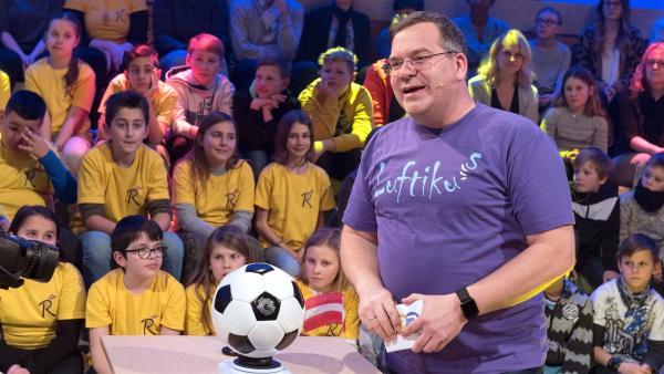 Ob Luft wohl etwas wiegt? Elton findet es heraus. | Rechte: ZDF/Ralf Wilschewski