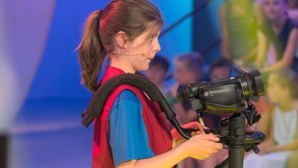 Kamerakind Charlotte aus München/Deutschland hat das nächste Motiv schon im Blick. | Rechte: ZDF/Ralf Wilschewski