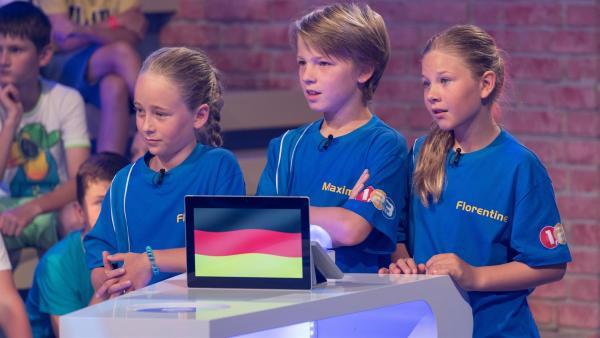 Die Kandidaten aus Freiburg/Deutschland warten gespannt auf die nächste Quizfrage. | Rechte: ZDF/Ralf Wilschewski