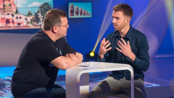 Sportmoderator Stefan Bodemer erklärt spannendes über die Stadien in Russland. | Rechte: ZDF/Ralf Wilschewski
