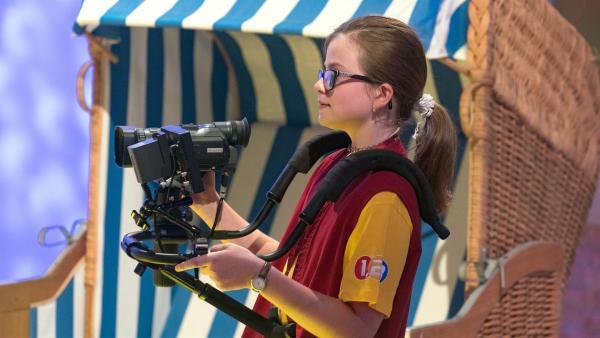 Kamerakind Jana aus Schlatt/Österreich hat das nächste Motiv fest im Blick.       | Rechte: ZDF/Ralf Wilschewski