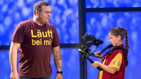 Kamerakind Lisa aus Innsbruck/Österreich filmt das Thema der heutigen Sendung.         Rechte: ZDF/Ralf Wilschewski