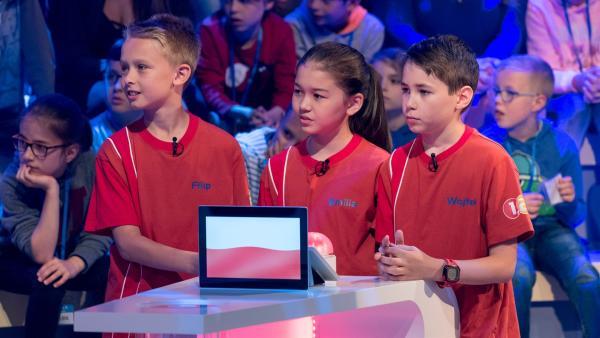 Die Kandidaten aus Warschau/Polen warten gespannt auf die nächste Quizfrage.   Rechte: ZDF/Ralf Wilschewski