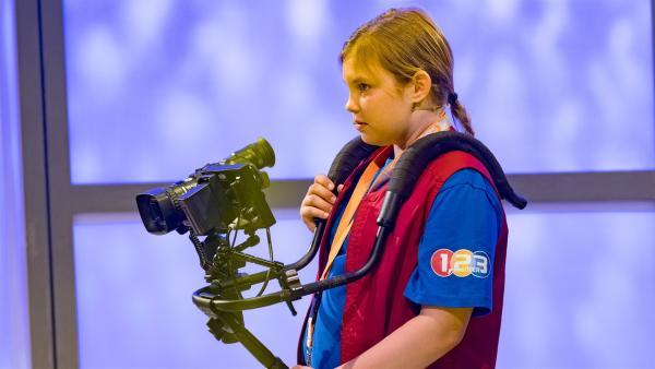 """Kamerakind Leonie aus Feuchtwangen/Deutschland führt die """"1, 2 oder 3""""-Kamera gekonnt durchs Studio.         Rechte: ZDF/Ralf Wilschewski"""