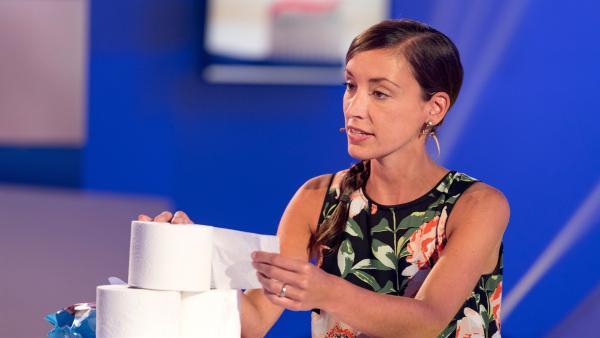 Julia Berberich, Expertin für Hygienepapier erklärt, wieso sich Toilettenpapier in der Kanalisation schnell auflöst.   Rechte: ZDF/Ralf Wilschewski