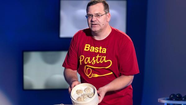 Chinesische Dim-Sum-Nudeltaschen werden niemals gekocht, sondern auf eine spezielle Art zubereitet. Wie das funktioniert, erklärt Elton. | Rechte: ZDF/Ralf Wilschewski