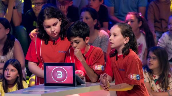 Die Kandidaten aus Klausenburg/Rumänien warten gespannt auf die nächste Quizfrage. | Rechte: ZDF/Ralf Wilschewski
