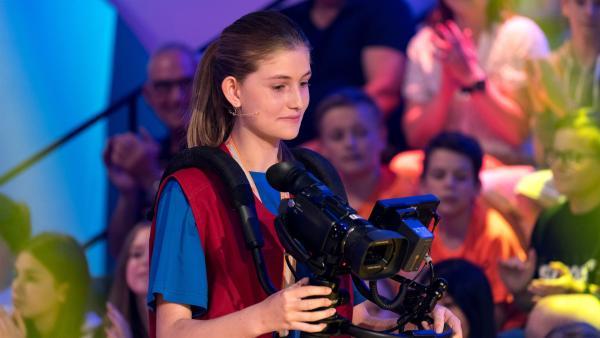 Kamerakind Cara aus Trebur/Deutschland führt die 11, 2 oder 3-Kamera gekonnt durch das Studio. | Rechte: ZDF/Ralf Wilschewski