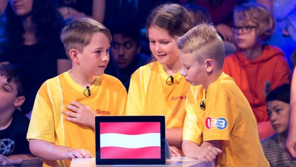 Die Kandidaten aus Krieglach/Österreich buzzern gemeinsam um die nächsten Punkte.   | Rechte: ZDF/Ralf Wilschewski