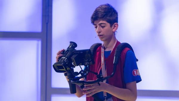 Kamerakind Pal aus Plochingen/Deutschland ist auf der Suche nach seinem nächsten Motiv. | Rechte: ZDF/Ralf Wilschewski