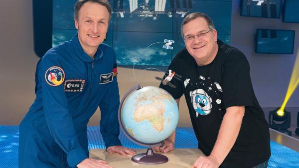 Anschnallen und abheben - mit Elton geht es heute ab ins All. Spannende Fragen hat er auch im Gepäck: Können Menschen eines Tages auf dem Mars leben? Wie räumt man im All den Müll weg?  Warum müssen Raumanzüge mit Sauerstoff aufgeblasen werden? Zu Gast im Studio ist ESA-Astronaut Matthias Maurer, der Interessantes über das Astronautenleben zu berichten weiß. | Rechte: ZDF/Ralf Wilschewski