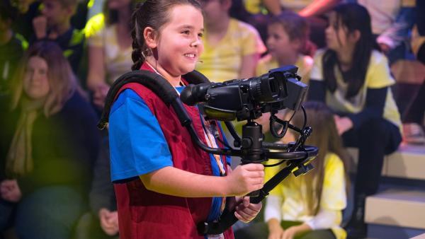 Kamerakind Mona aus Worms/Deutschland führt die Kamera gekonnt durchs Studio.       | Rechte: ZDF/Ralf Wilschewski