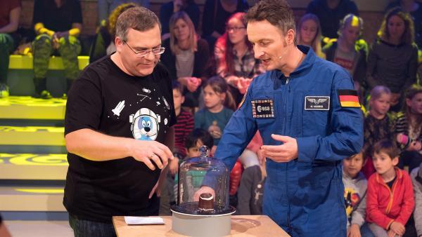 Was passiert mit einem Schaumkuss im Vakuum? Elton und ESA-Astronaut Matthias Maurer finden es heraus. | Rechte: ZDF/Ralf Wilschewski