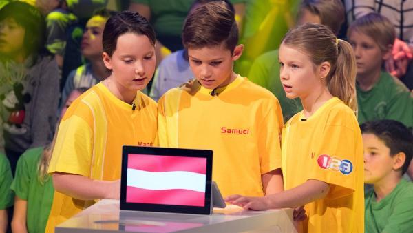 Die Kandidaten aus Kufstein/Österreich warten gespannt auf die nächste Quizfrage. | Rechte: ZDF/Ralf Wilschewski