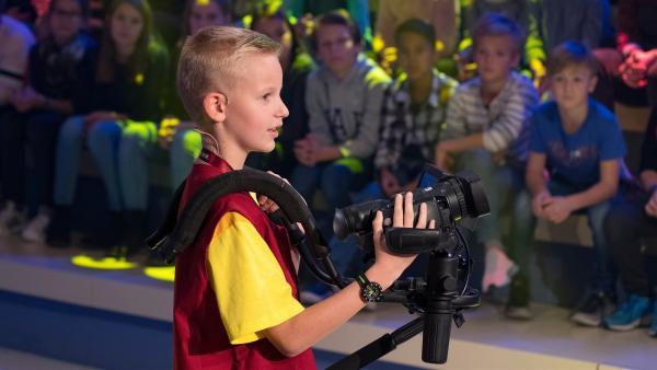 Kamerakind Emil aus Haag/Österreich ist auf der Suche nach seinem nächsten Motiv.       | Rechte: ZDF/Ralf Wilschewski